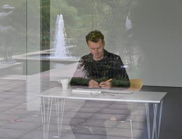 8 Alexander Moosbrugger bei der Arbeit im geschlossenen Raum