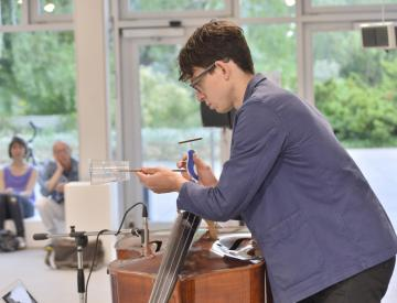 """3 Caleb Salgado, Solist bei der Uraufführung von """"splitting 33"""""""