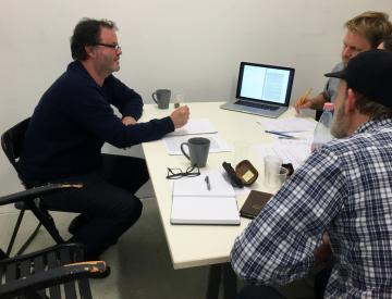 9 Martin Guttmann (li.) und Michael Clegg (vorn) im Grafikbüro.
