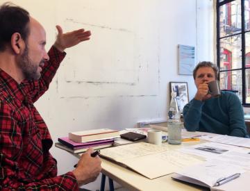3 Michael Clegg mit dem Grafiker Timo Hinze bei der Arbeit am Buch