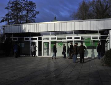 7 Besucher betrachten Frank Nitsches Malereiskulptur