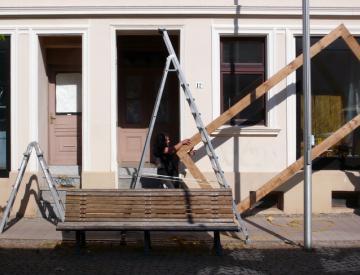 Anbringen der Rahmen durch René Bartl und Sebastian Krause