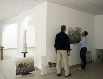 """Hängung der Ausstellung """"Wir"""""""