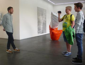 Filmkids interviewen einen Mitarbeiter der Galerie Nagel Draxler
