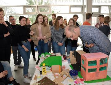 7 Marit Neeb (li.) und Holger Friese (re.) im Dialog mit Schülern